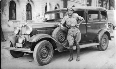 Pepe Farrús Feliu, amb el seu cotxe Ford al 1937.