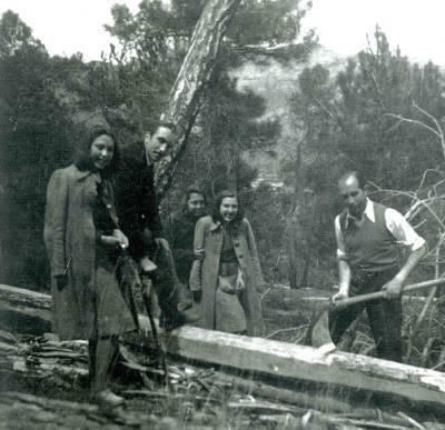 Fotografia dels germans Josep Mª de picador, Àngel, Pilar, Mª Lluïsa i Carme Boixareu descendents de raiers i fustaires al bosc de Llania, 1945.
