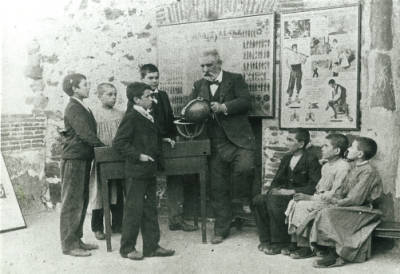 El mestre Balmanya amb els seus alumnes