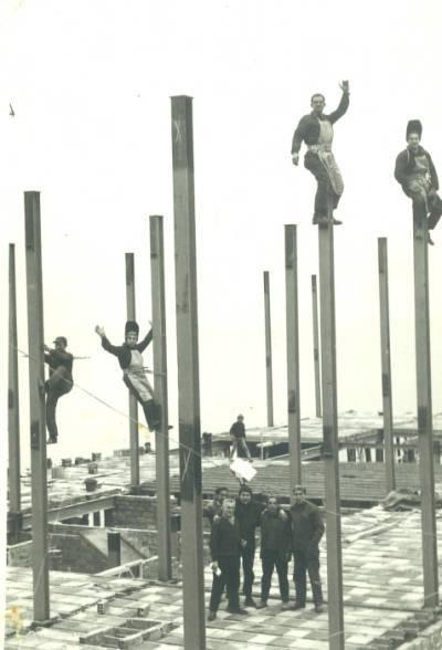 Soldadors a la construcció de l'edifici Jubar de Figueres