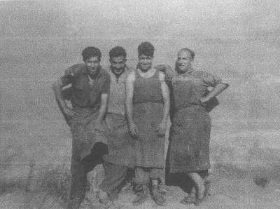 Josep Talaveron Masdeu, boter, amb companys de feina