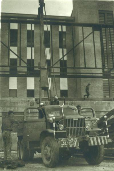 Grua de Transports Padrosa amb matrícula M 337375 a la construcció de La Residència de Girona