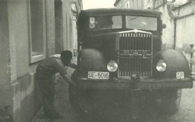Reparació del camió amb matrícula GE-6016 a peu de carrer