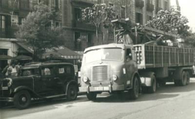 Camió de l'empresa Padrosa transportant maquinària pesada pels carrers de Barcelona
