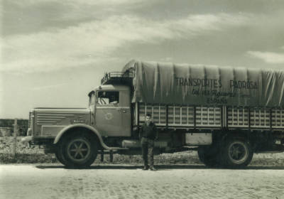 Pere Padrosa davant d'uns dels seus camions