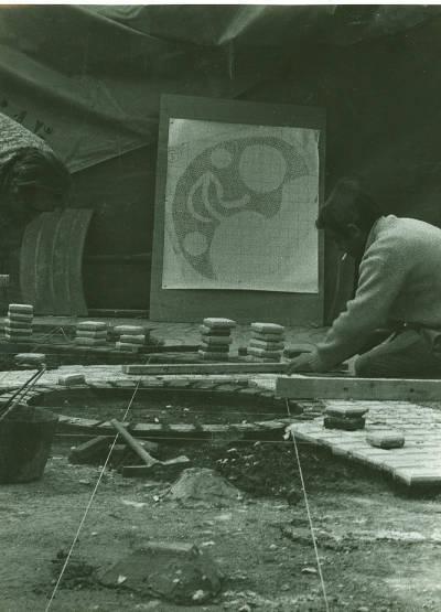 Miró Rambles - Artista treballant en la col·locació del mosaic