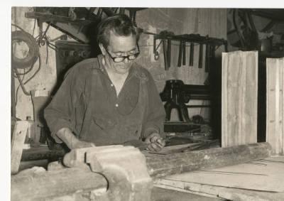 Benet Masllorens Massegur de Banyoles fent filtres per a maquinària de tintoreria industrial