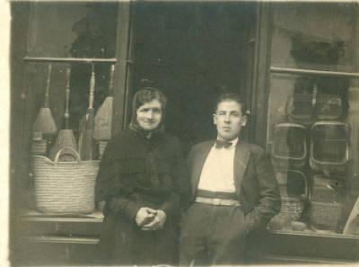 Una parella home jove i dona gran davant l´esparteria de Jaume Guix de Ripoll
