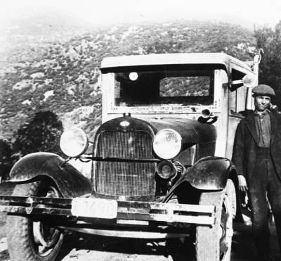 El Jaumet Sabater i el vell camió G.M.C,pera la distribució de l'aiguardent.
