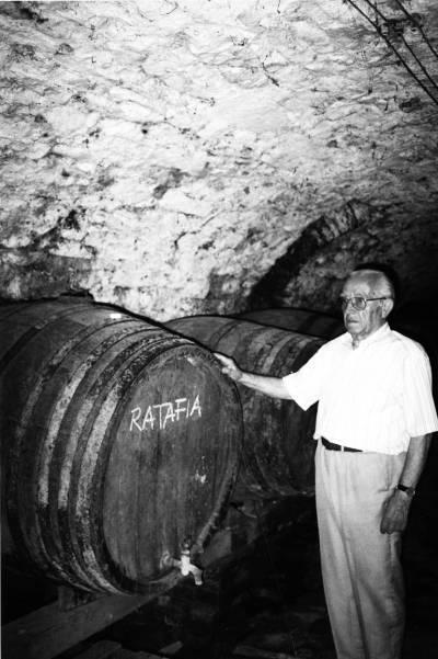 Joan Portet, al celler de la fàbrica a La Pobla de Segur.