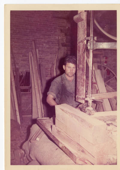 Josep Congost Coll, carreter de Banyoles, serrant fusta