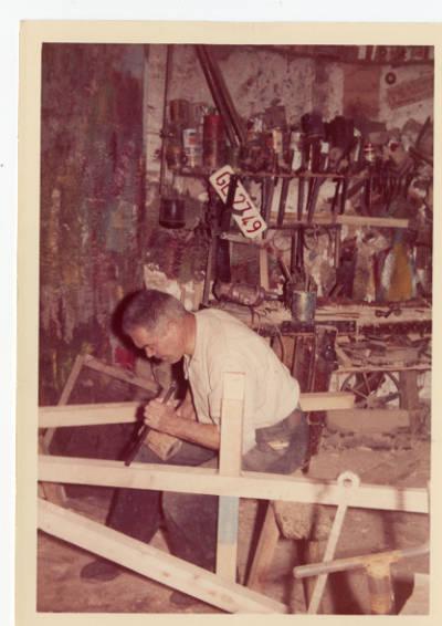 Joan Congost Maioles, carreter de Banyoles, treballant la fusta