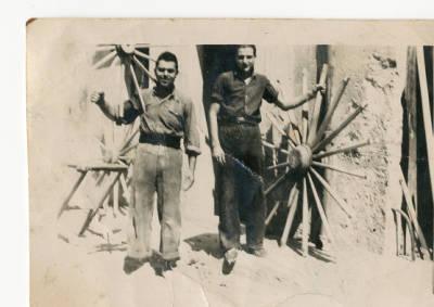 Joan Congost, carreter de Banyoles, amb un treballador fent rodes de carro