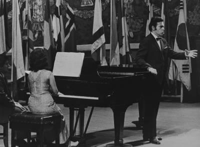 El cantant [Marius Comescu], durant la Prova Final de la XIX edició del Concurs Maria Canals, al Palau de la Música Catalana