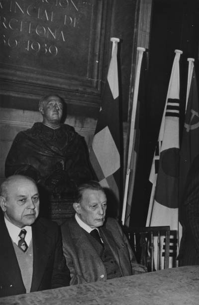 Retrat de Joan Pich Santasusana i Henri Gagnebin durant l'acte de cloenda de la XIX edició del Concurs Maria Canals, celebrat al Saló Sant Jordi de la Diputació de Barcelona