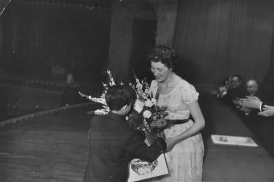 Catherine Sillie, guanyadora del primer premi de la VII edició del Concurs Maria Canals, rep unes flors després de recollir el seu guardò al Palau de la Música Catalana