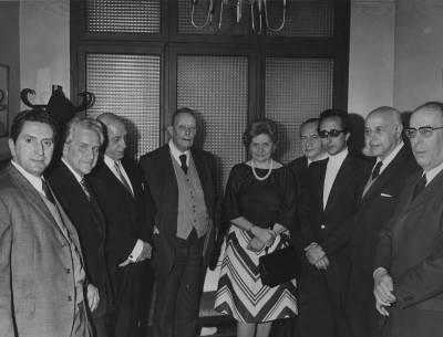 Retrat de Maria Canals amb els membres del Jurat de la XVIII edició del Concurs