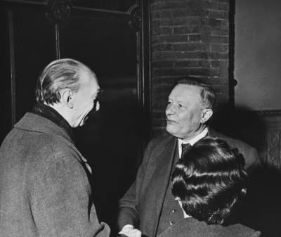 Henri Gagnebin saluda a Frederic Mompou, en presència de Maria Canals