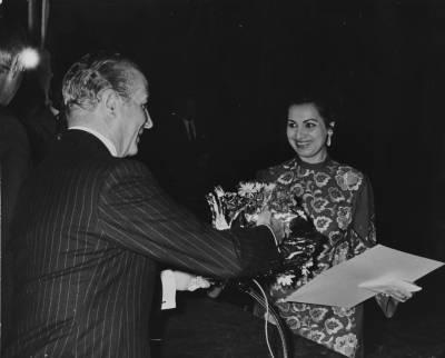 El president de la Diputació de Barcelona, Josep Maria Müller i d'Abadal entrega el guardó a la rumana Marilena Marinescu durant l'acte de cloenda de la XIX edició del Concurs Maria Canals