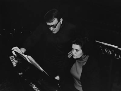 Maria Canals, el director d'orquestra Maurice Le Roux i Henri Gagnebin durant l'assaig del concert celebrat al Palau de la Musica Catalana el 21 d'abril en homenatge a Ricard Viñes, en el marc de la X edició del Concurs Maria Canals