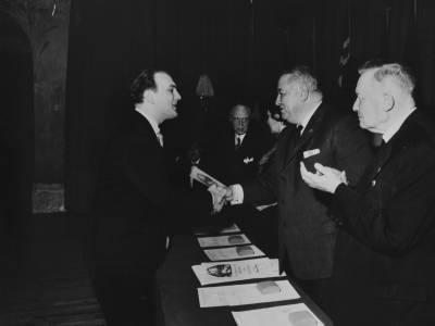 El tinent d'alcalde Antoni Julià de Capmany i Henri Gagnebin entreguen un guardó al polonès Jerzy Vajek, guanyador del Segon Premi d'Homes