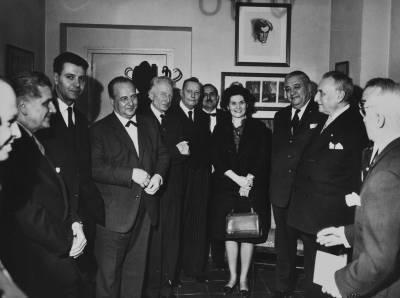 Retrat de Maria Canals amb un grup de personalitats vinculades al Concurs, durant la cel·lebració de la prova final de la IX edició del certamen, al Palau de la Música Catalana