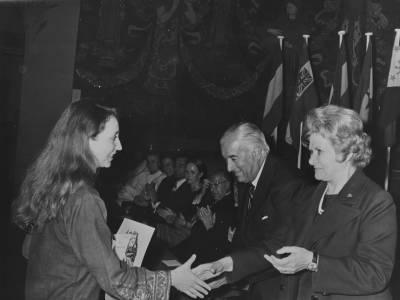 Maria Canals i Federico Mitjans  entreguen a la  francesa Christine Turallier, el segon Premi ex aequo de flauta de la XVIII edició del Concurs Maria Canals