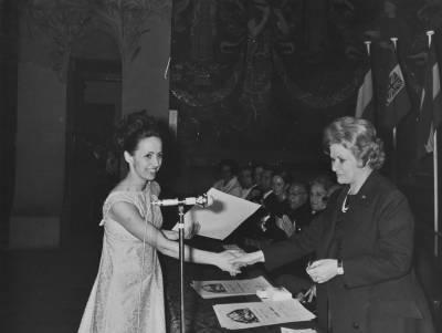 Maria Canals entrega un guardó a una de les guanyadores de cant de la XVIII edició del Concurs Maria Canals