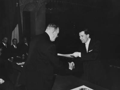 Henri Gagnebin entrega un guardó a un dels guanyadors de la X edició del Concurs, a l'escenari del Palau de la Música Catalana