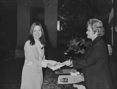 Maria Canals entrega un guardó a la cantant Maria Angeles Sarroca.
