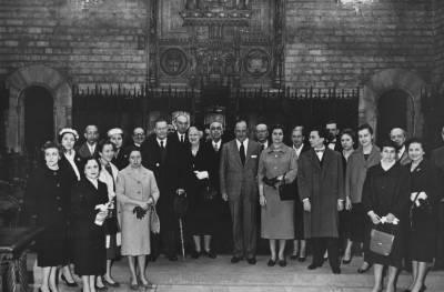 Retrat dels membres del jurat i del Patronat del Concurs Maria Canals, durant una una visita a l'Ajuntament de Barcelona
