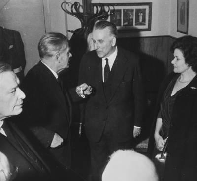 Retrat d'Eduard Toldrà conversant amb l'alcalde de Barcelona, Josep Maria de Porcioles i amb Maria Canals, en un despatx del Palau de la Música Catalana