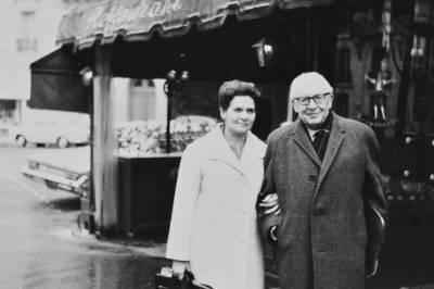 Maria Canals i Roland-Manuel, davant del restaurant Ramponneau