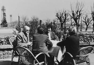 Retrats de Maria Canals, Vlado Perlemuter, Maria Teresa Catà i Emile Bosquet, prenent un aperitiu a Montjuïc