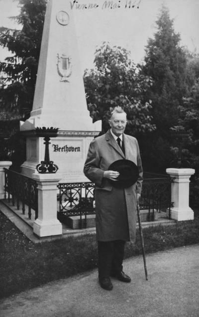 Henri Gagnebin davant la tomba de Beethoven, a Viena