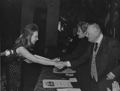 Henri Gagbnebin i Maria Canals entreguen el primer premi a la pianista hungaresa Klara Baranyi
