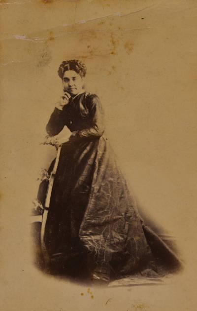 Retrat de dona, recolzada sobre una cadira