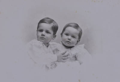 Retrat d'infantesa dels germans Rossend i Mercè Llates