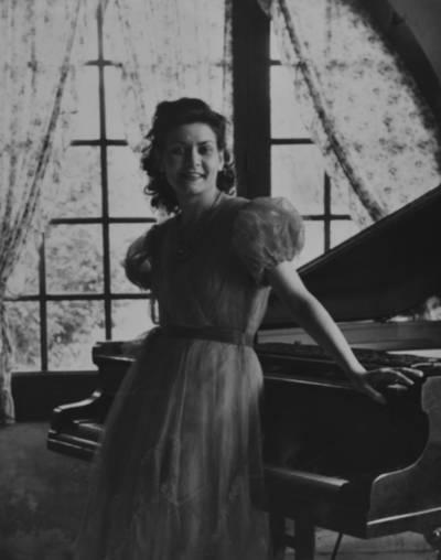 Retrat de joventut de Maria Canals, davant del piano de can Escofet, a Teià
