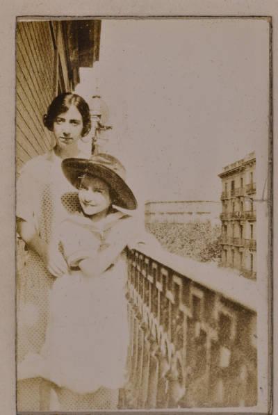 Maria Canals i una noia en un balcó