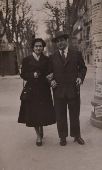 Maria Canals i Rossend Llates en un carrer de Barcelona