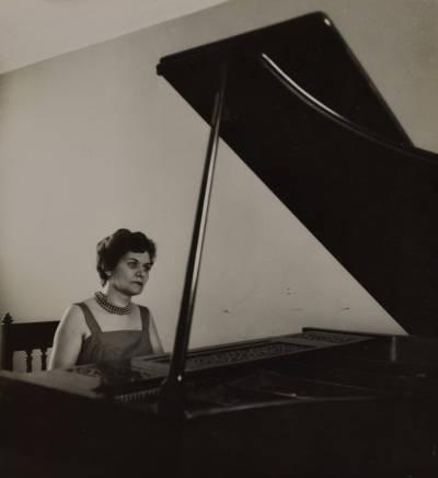 Retrat de Maria Canals tocant el piano