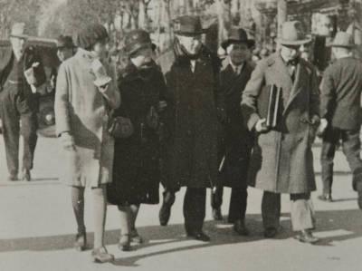 Maria Canals, Agnès Cendrós i Joaquim Canals, amb altres persones, passejant pel carrer