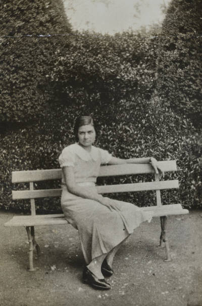 Maria Canals, asseguda al banc d'un parc