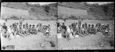 Retrat d'un grup de banyistes a les platges del Garraf
