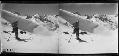 Un esquiador reposant de camí del tuc de Ribereta al barranc de la Punta Alta