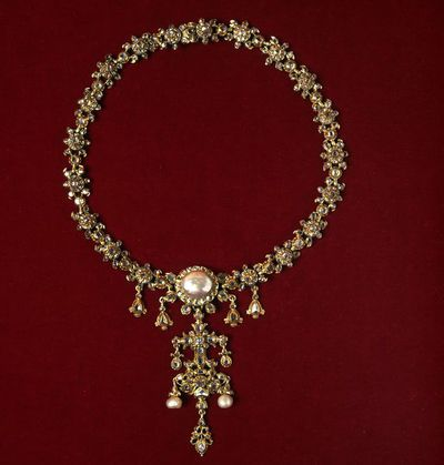 Necklace, table-cut and rose-cut diamonds and pearls set in gold, Spain, early 18th century. Necklace, table-cut and rose-cut diamonds and pearls set in gold.  Gold, diamonds and pearls.