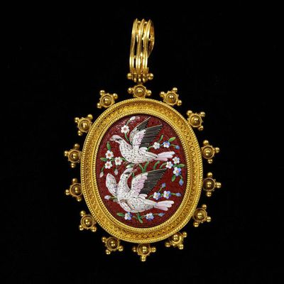 Pendant, gold with filigree and micromosaic of glass and silver wire, on the reverse of the pendant a lock of hair under glass, fitted with a locket at the back, Italy, about 1870.Gold pendant, set with Roman mosaics and decorated with filigree.Gold, set with mosaics.