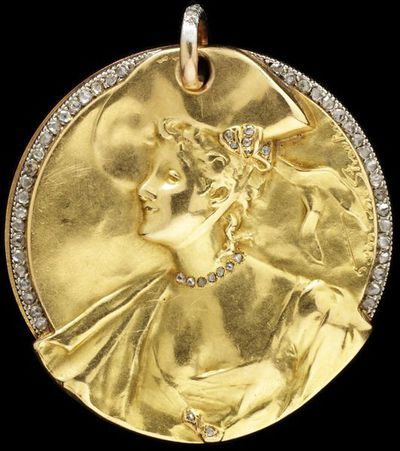 Locket/ pendant of gold and diamonds, the relief by Georges van der Straeten (1856-1928), Paris, 1901.Locket pendant of gold set with diamonds. The front of the locket features the head and shoulders of a woman. Within is a mirror.Gold, diamonds.