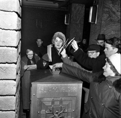 Kø foran Rådhuset for innlevering av selvangivelsen, .31. januar 1963